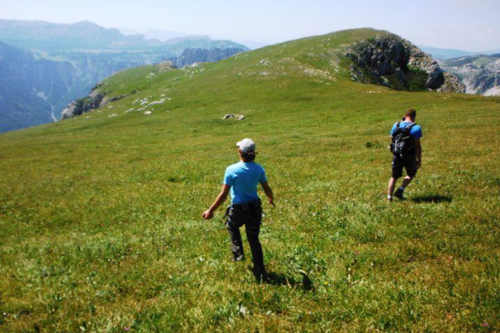prairie sommitale du Mont Aiguille avec le bureau des guides de grenoble