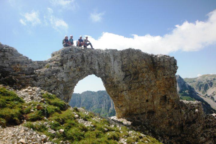 arche naturelle au mont aiguille avec les guides de grenoble