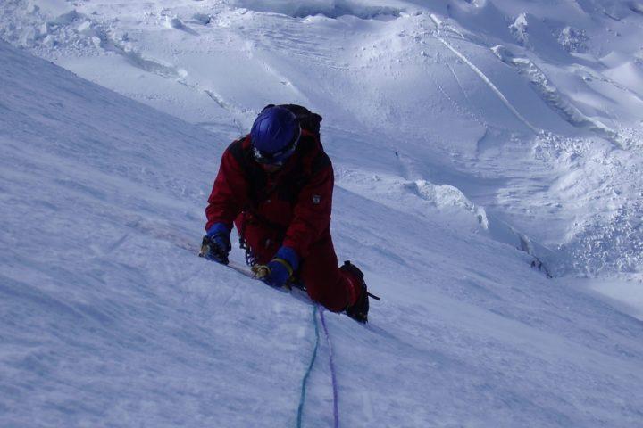 escalade en crampon piolet dans une pente de neige