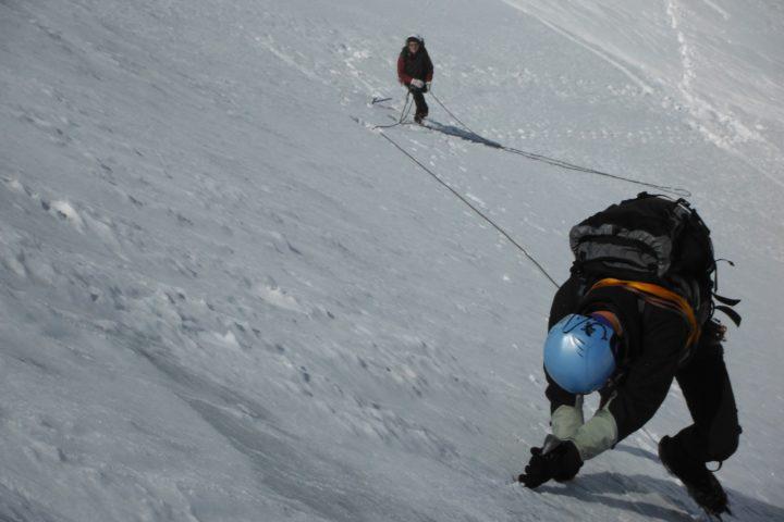 tenue du piolet dans une pente de neige
