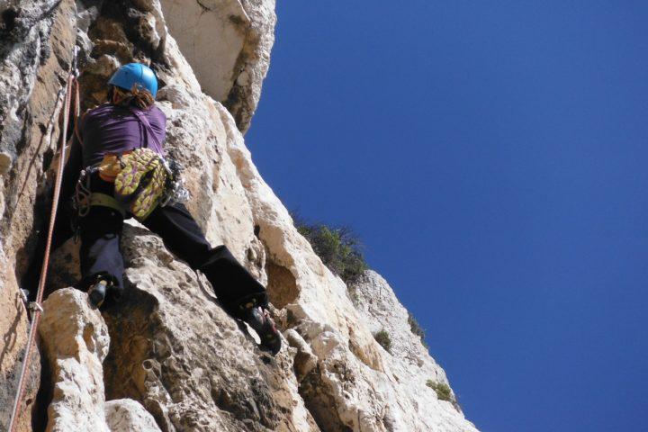 escalade dans le calcaire parfait du cirque de Devenson dans les calanques avec vue sur la mer