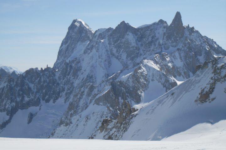 vue de la face nord des Grandes Jorasses depuis la vallée blanche en ski