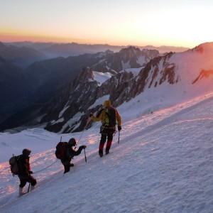 Ascension du Mont blanc marche vers le sommet du Mont-blanc avec le bureau des guides de grenoble