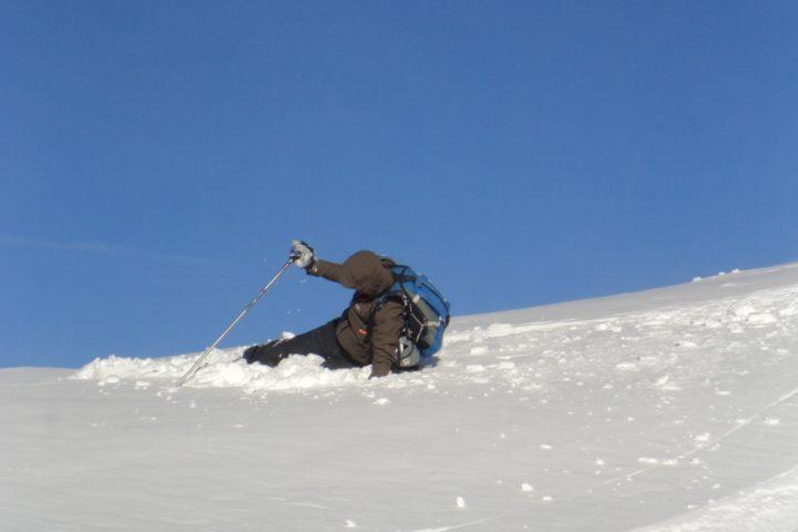 chute en poudreuse lors d'une initiation en ski de rando avec les guides de grenoble