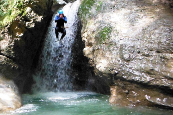 Canyoning Grenoble, saut dans le canyon des Ecouges 2
