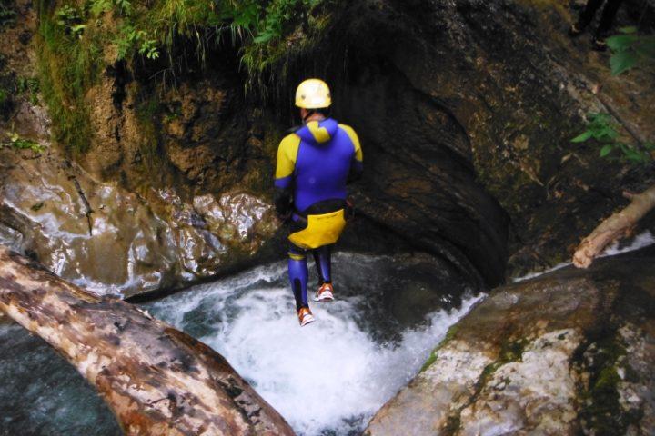 canyoning Grenoble, saut en canyon dans les ecouges du bas