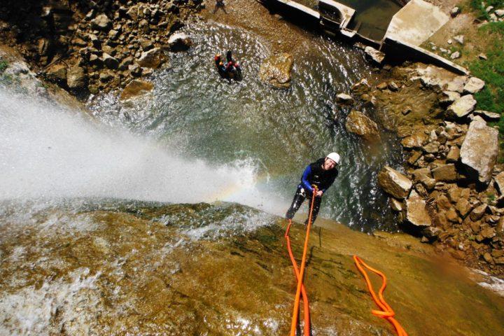 canyoning Grenoble, rappel dans la cascade de 70 mètres des Ecouges du haut