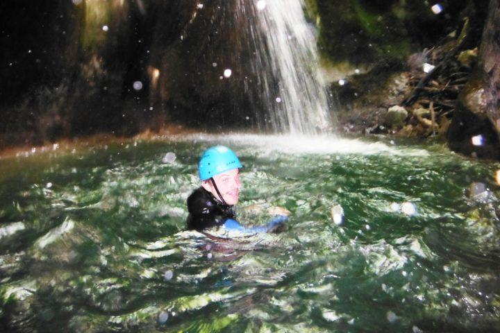 nage dans une vasque du furon