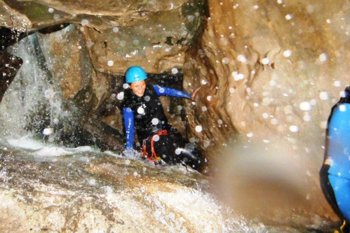 Canyoning Grenoble, passage sous les blocs de la cascade