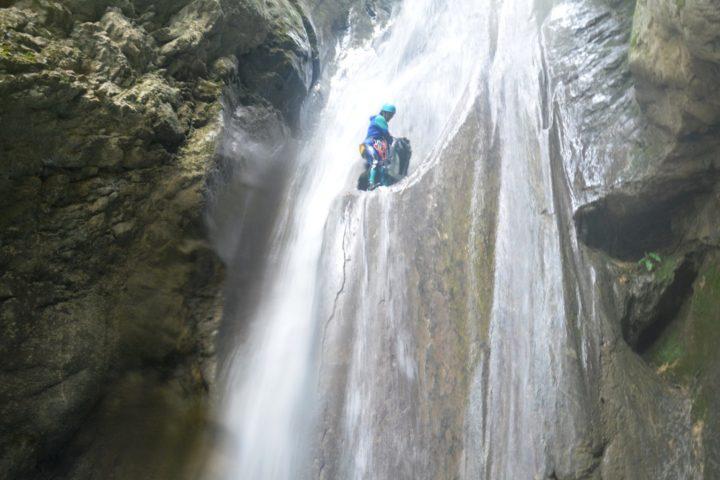 canyoning Grenoble, saut en milieu de cascade dans le versoud