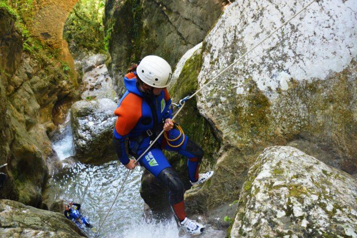 canyoning Grenoble, installation d'un rappel dans le canyon du Versoud