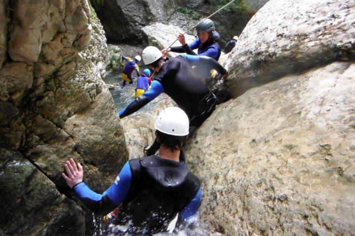 canyoning Grenoble, passages entre les blocs du canyon en isère