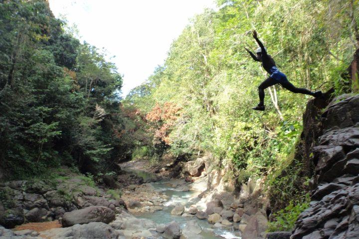 saut de 10 mètres dans le canyon d'acomat, Guadeloupe