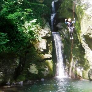 Canyoning Grenoble, saut de 8m dans le furon